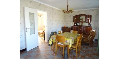 salon sejou-chauffage-briques-tuiles-garage-chaise-bois-