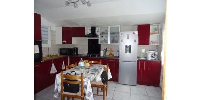 cuisine-table-chaises-frigi-meuble-four-