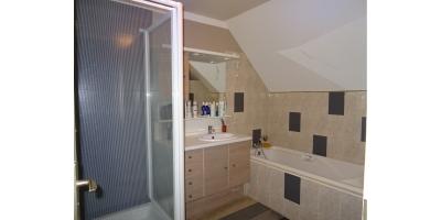 salle de bain meuble-baignoire-douche -lavabo-carrelage-placo