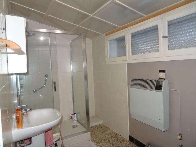 salle de bains-douche-lavabo- baignoire-laverie
