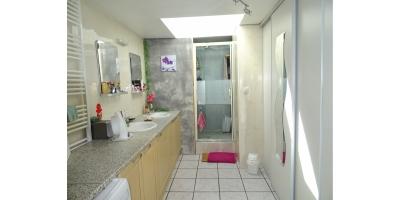 salle de bain-douche-lavabo-dressing-image web