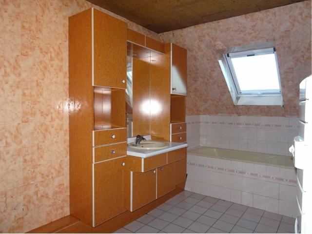 salle de bain-parking-garage maison briques-tuiles