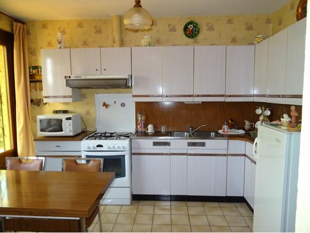 cuisine meublée équipée-pergola chambres de rdc