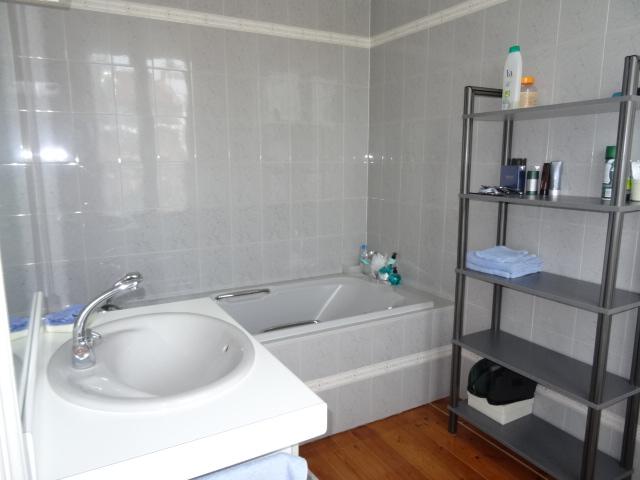 baignoire-douche-lavabo-eau-electricite-