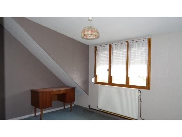 chambre-moquette-lit-double vitrage-tuiles-beton-garage double voitures-agence mericourt-