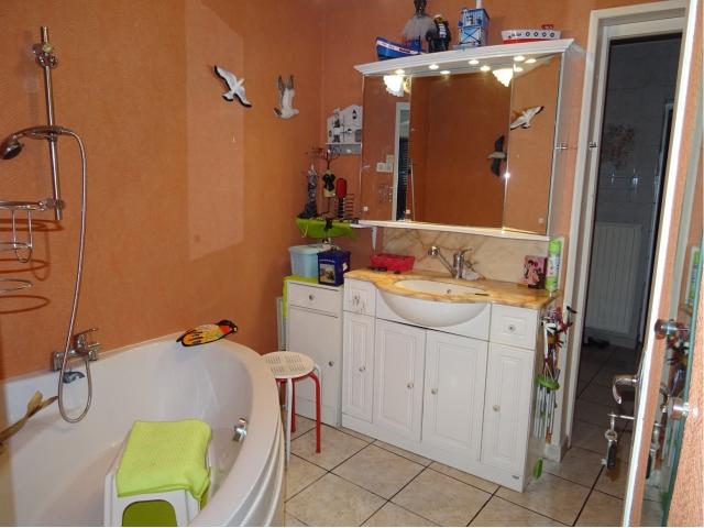 salle de bain-baignoire-lavabo-robinet