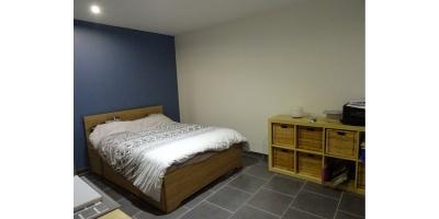 chambre rdc-ou salon-lit bois-carrelage-electrique-