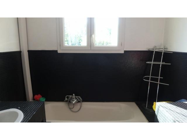 La salle de bain ou se côtoient une baignoire et une cabine de douche à l'italienne