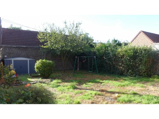 Le jardin a beaucoup de potentiel avec sa balançoire et son chalet