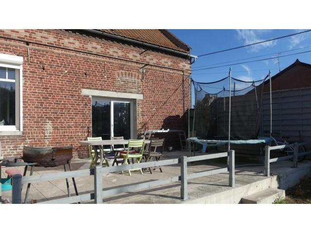 La terrasse avec chape béton est surélevée