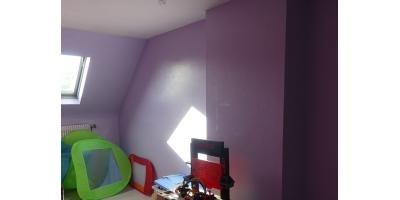 Et enfin la troisième chambre est dans un bon état, la lumière traverse de part en part