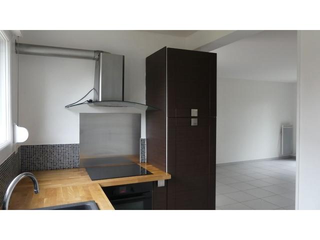 La cuisine est en parfait état et dotée d'un plan de travail en bois clair