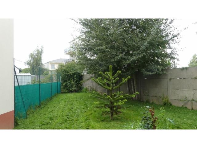 Le jardin n'est pas très grand et en angle, il y a un petit vis-à-vis