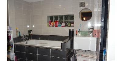 salle de bain-meublee equipee-wc-double vitrage-briques tuiles-
